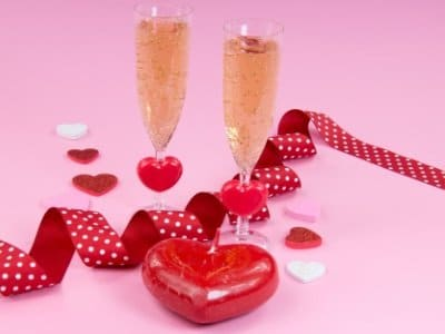 Champagne glasses with heart400x300