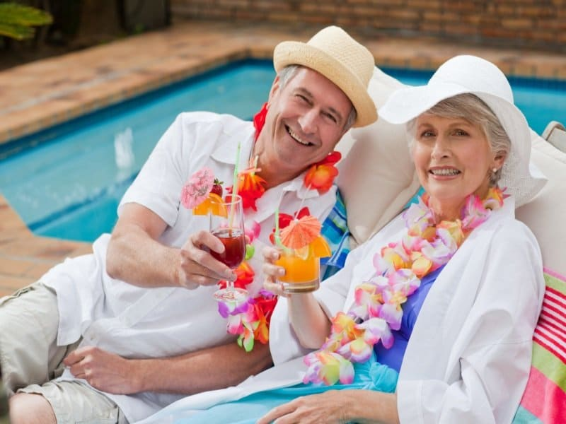 Hawaiji_Mature couple drinking a cocktail beside the swimming pool_800x600