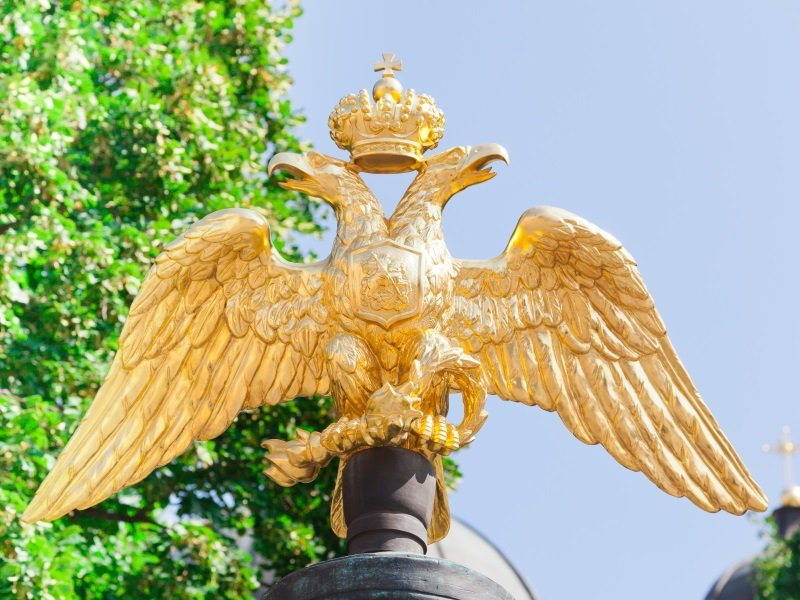 Pietari_double-headed eagle - the symbol of the Russian state about of Transfiguration Cathedral in Saint-Petersburg, Russia_800x600