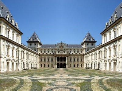 Torino_Castello del Valentino castle in Turin, Italy400x300