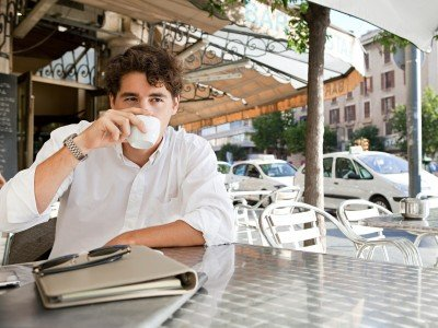 businessman drinking coffee while sitting_800x600