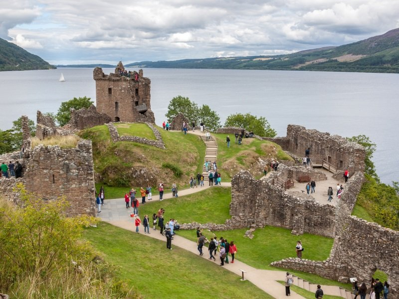 Skotlanti_Urquhart Castle beside Loch Ness in Scotland, UK_800X600