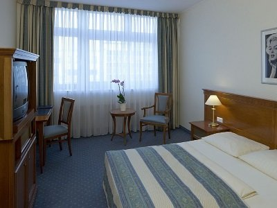Berlin_Hollywood_Media_Hotel_Marilynzimmer_Rother_Fensteransicht_400x300