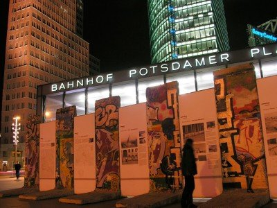 Saksa_Berlin-Mitte_Remnants of the Berlin Wall on Potsdamer Platz, at night_800x600