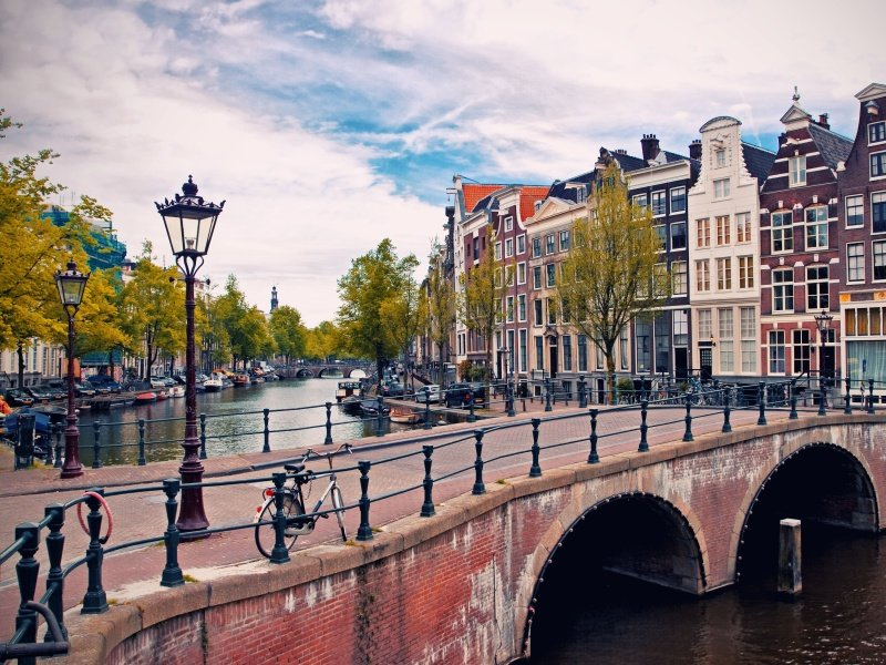 Amsterdam_Beautiful view of Amsterdam canals with bridge and typical dutch houses_800x600