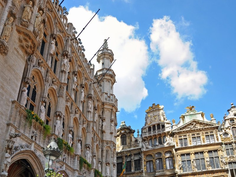 Belgia_Bryssel_Angle view of city hall and guild halls on Grand Place in Brussels in sunny day_800x600