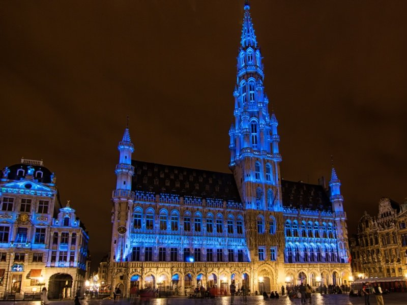 Belgia_Bryssel_Brussels city square by night illuminated with purple light_800x600