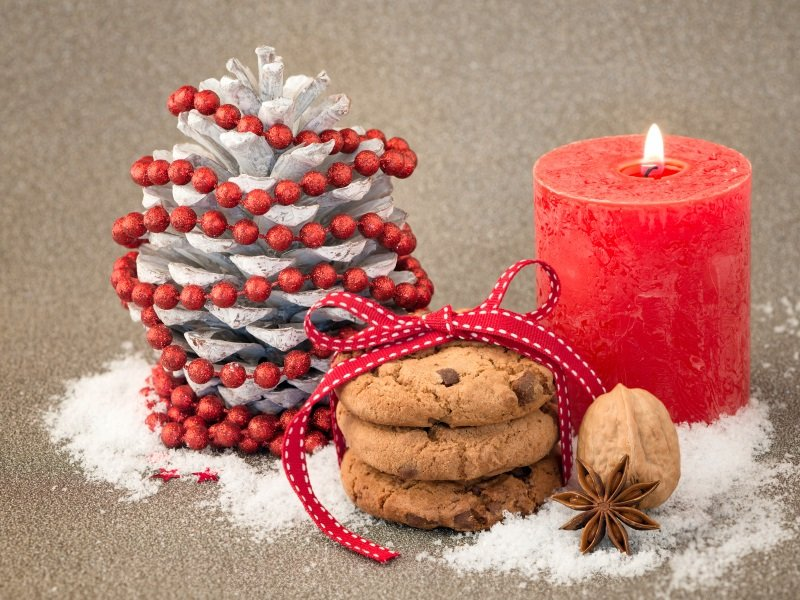 Christmas decoration with chocolate chip cookie_800x600