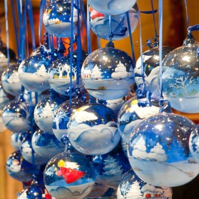 Christmas_glass balls on the christmas market_800x600