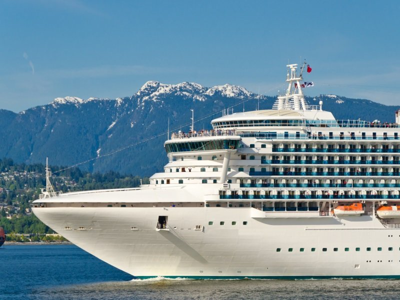 Cruise_Fragment of cruise ship over snow mountain in the harbour in Vancouver, Canada_800x600