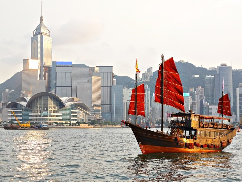 Hong Kong harbour with tourist junk_800x600