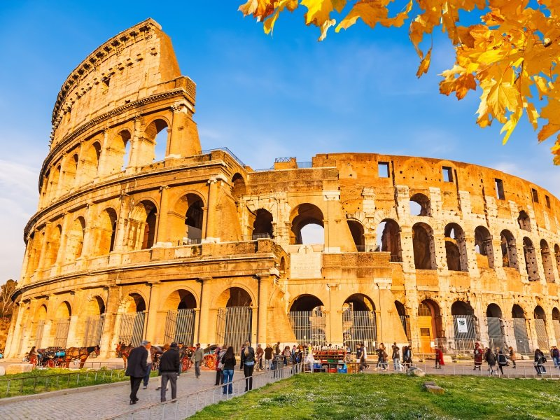 Italia_Rooma_Colosseum with autumn leaves, Rome, Italy_800x600