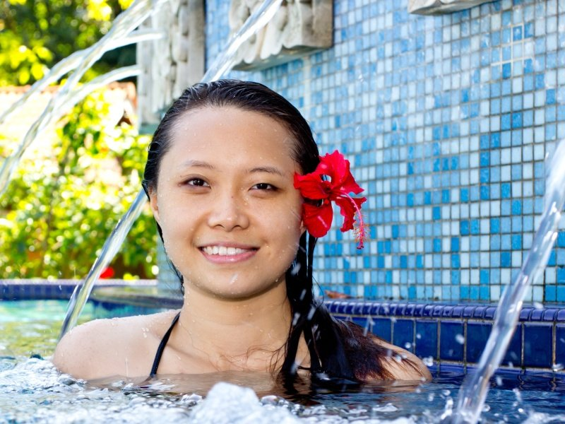 Malesia girl in spa pool_800x600