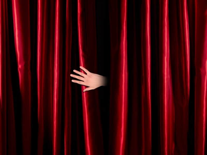 Teatteri_Red curtain fade to dark_800x600
