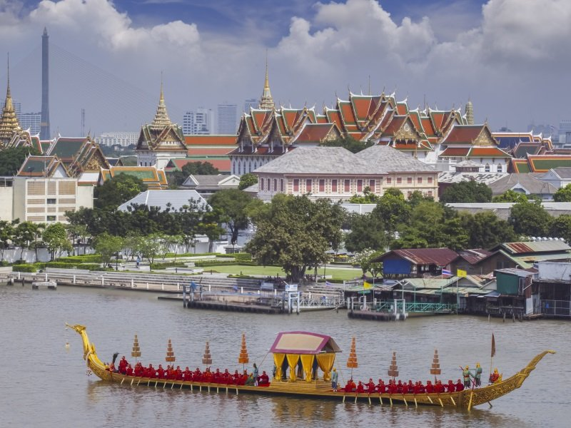 Thaimaa_Krabi_Landscape of Thai's king palace with goldent guard ship_800x600