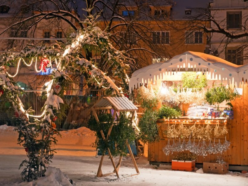 Tsekki_Christmas market during the nighttime, Litomerice, Czech Republic_800x600