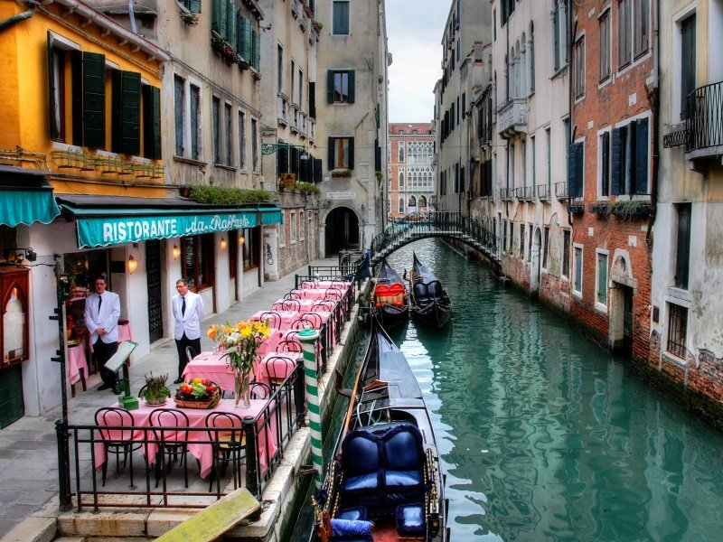 Venetsia_ canal among old houses in Venice_800x600