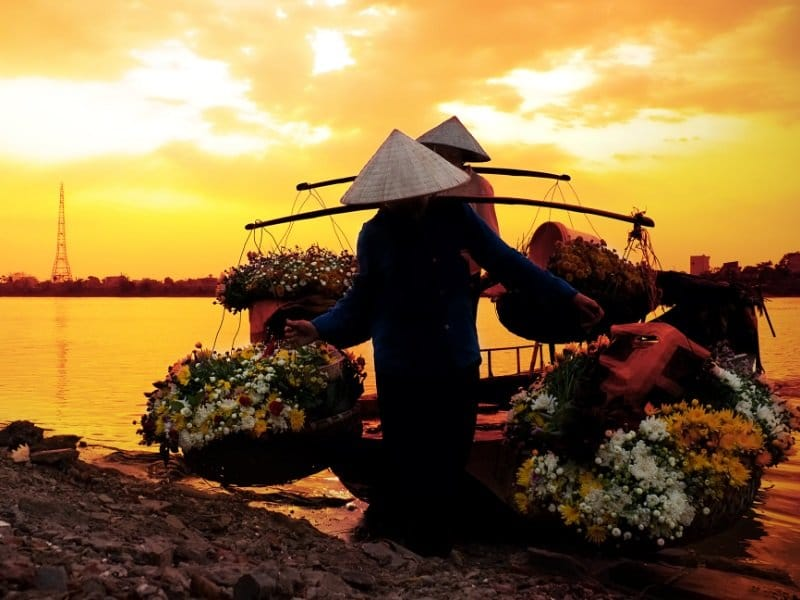 Vietnam_Flower selling women_800x600