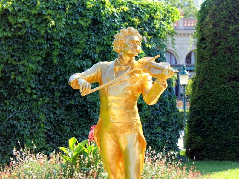 Wien_The Waltz King Johann Strauss Monument in the Stadtpark_800x600