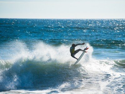 Chile_Valparaiso_Surfing in wild waters_800X600