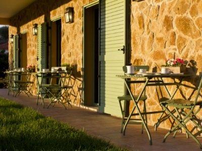 Portugal_Vale de Ferreios_alpendre-casa-janelas-verdes1_400x300
