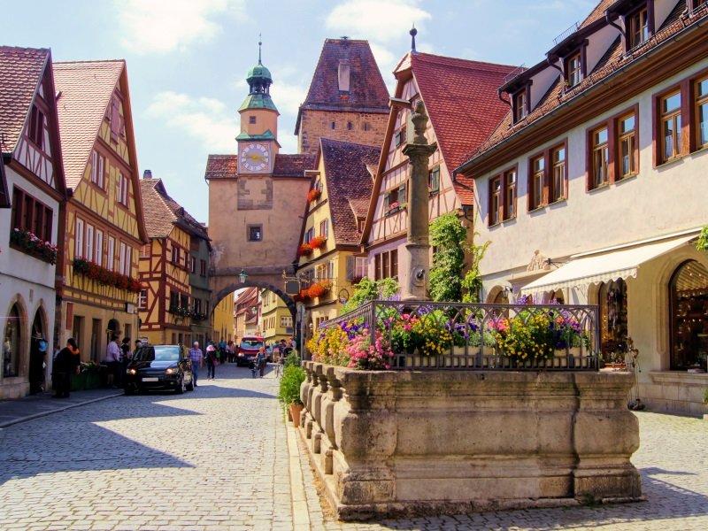 Saksa_Medieval street in Rothenburg ob der Tauber_800x600