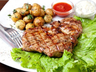 Lounas_Grilled steak on a white plate_800x600