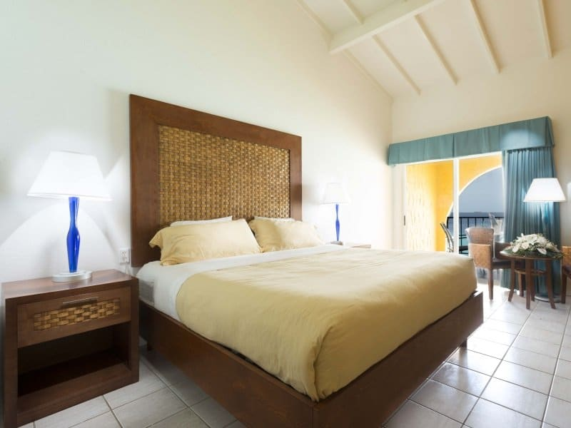 Bonaire_Divi_Flamingo_Beach_Resort_Casino_Deluxe_Room_king_size_800x600