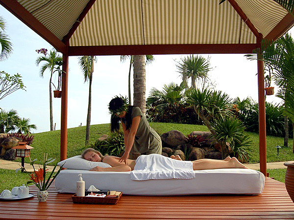 Vietnam_Furama Resort_Ocean_pool_massage2_