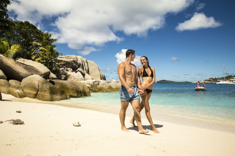 Seychellit pariskunta rannalla