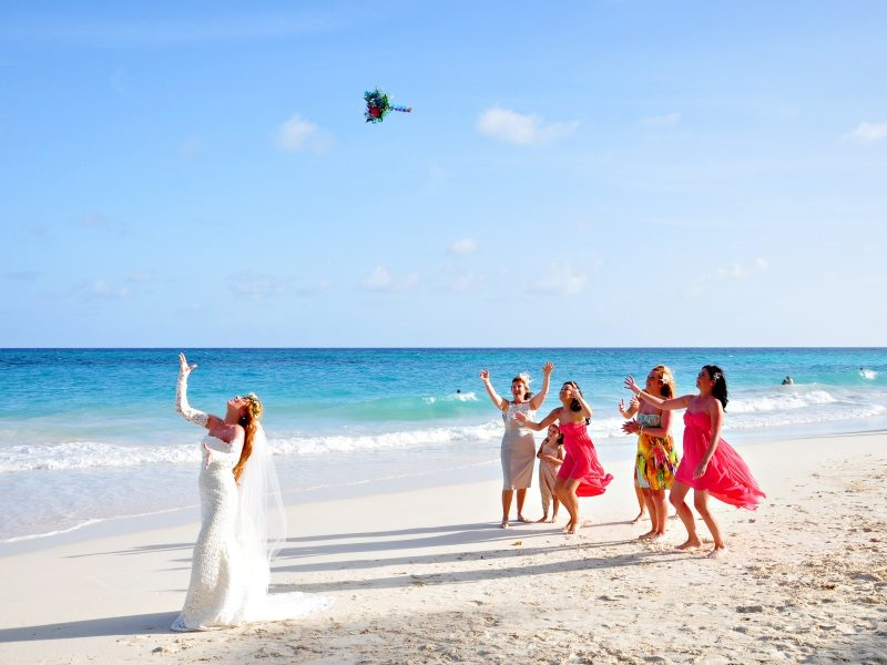 Barbados_EM_bougainvillea_tossing-the-bouquet_800x600
