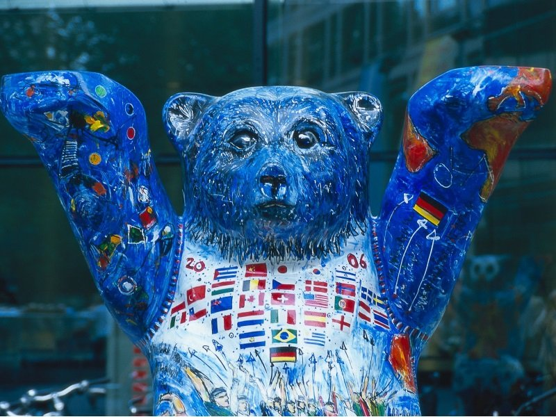 Saksa_Berlin_Spree_Buddy Bear with flags of the world_800x600